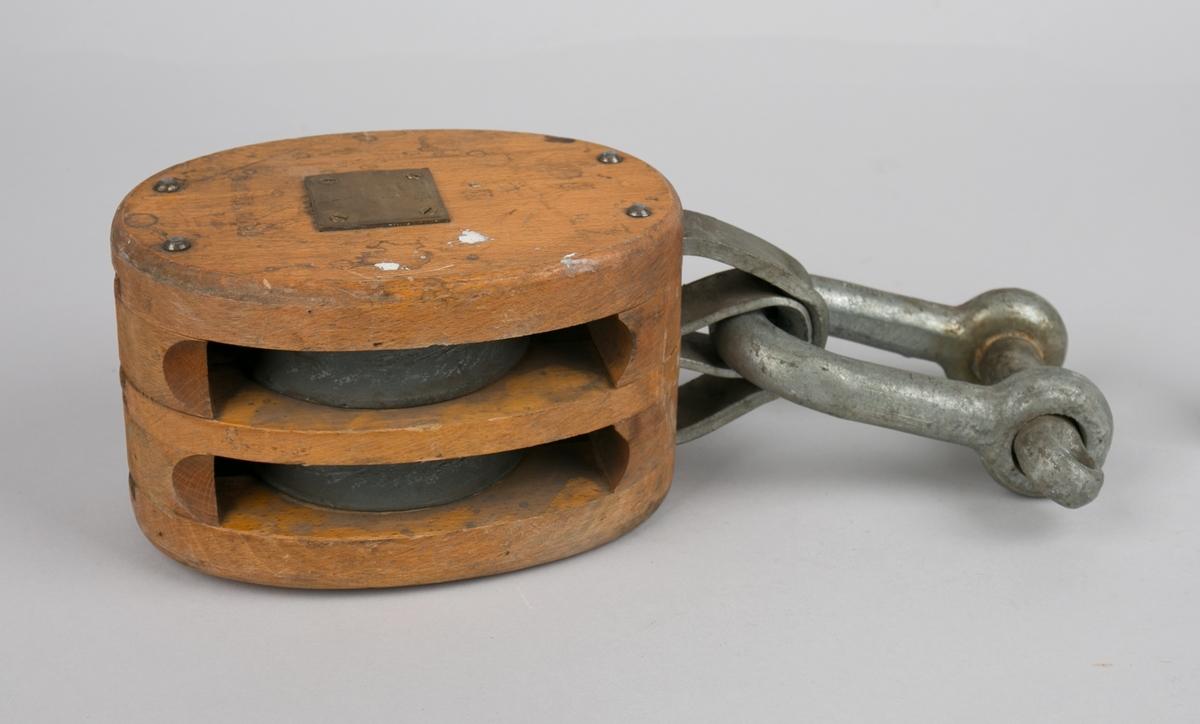 Toskåret blokk med sjakkel. Toskivet blokk i tre med skiver og sjakkel i metall. En av to eksemplar.