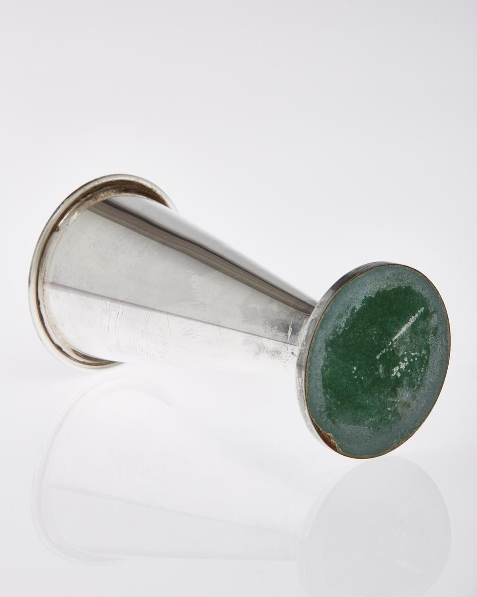 Pokal, traktformet, med stett, i sølvplett.