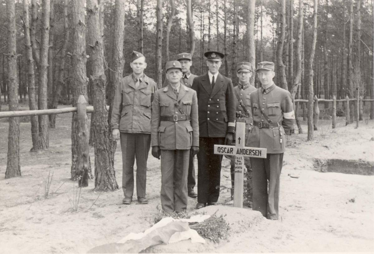 Fenrik Ludvig Hartmarks bilder fra tysk fangenskap under 2.VK. Løytnant Oscar Andersens grav i Luckenwalde. Mannen i marineuniform er kapt. Kjeve. De andre er brakkekamerater.