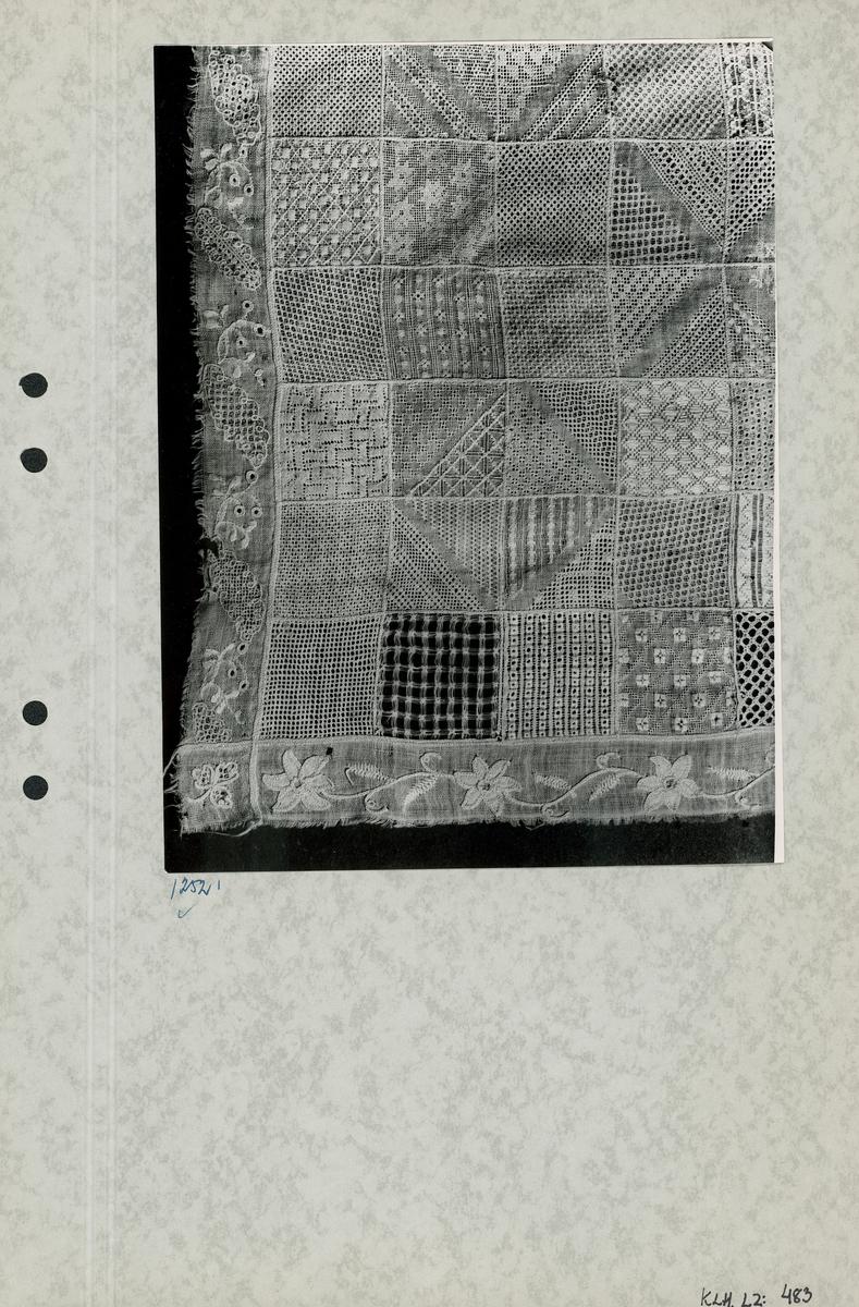 Kartongark nr 1: Foto av märkduk. Kartongark nr 2: Foto av märkduk.