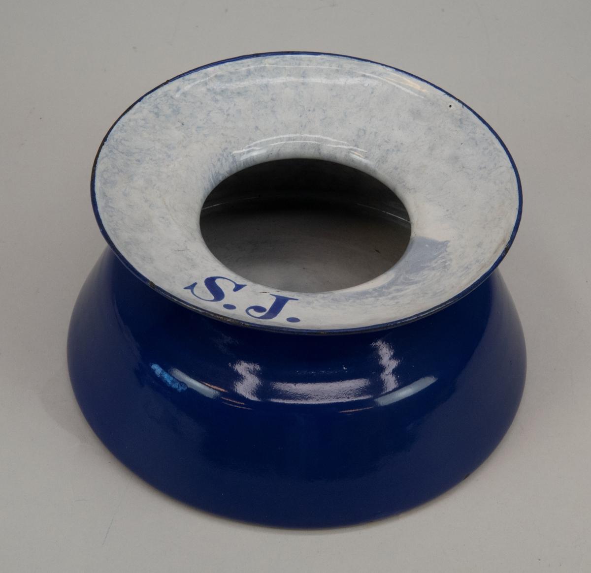 Spottkopp av emaljerad plåt. Blå med vit insida.  SJ med blå text på den vita kanten.