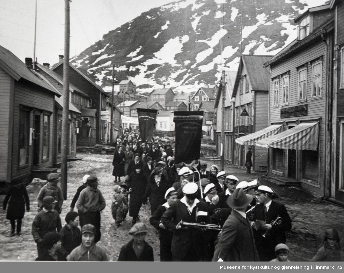 Honningsvåg. 1.mai-tog på Holmen. Antatt 01.05.1934.