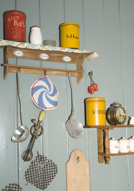 Detalj fra kjøkkenet i «Vaskekonen Gunda Eriksens hjem — 1950». Blåfargen i dette kjøkkenet er basert på fargeanalyse av pigmenter fra det originale panelet Gunda Eriksen hadde i kjøkkenet sitt da hun bodde i Holmengata 5 i Vestre Vika i Oslo fra 1926 til 1953. Norsk Folkemuseum har bevart hele huset leiligheten lå i, men det har aldri blitt gjenreist. (Foto/Photo)