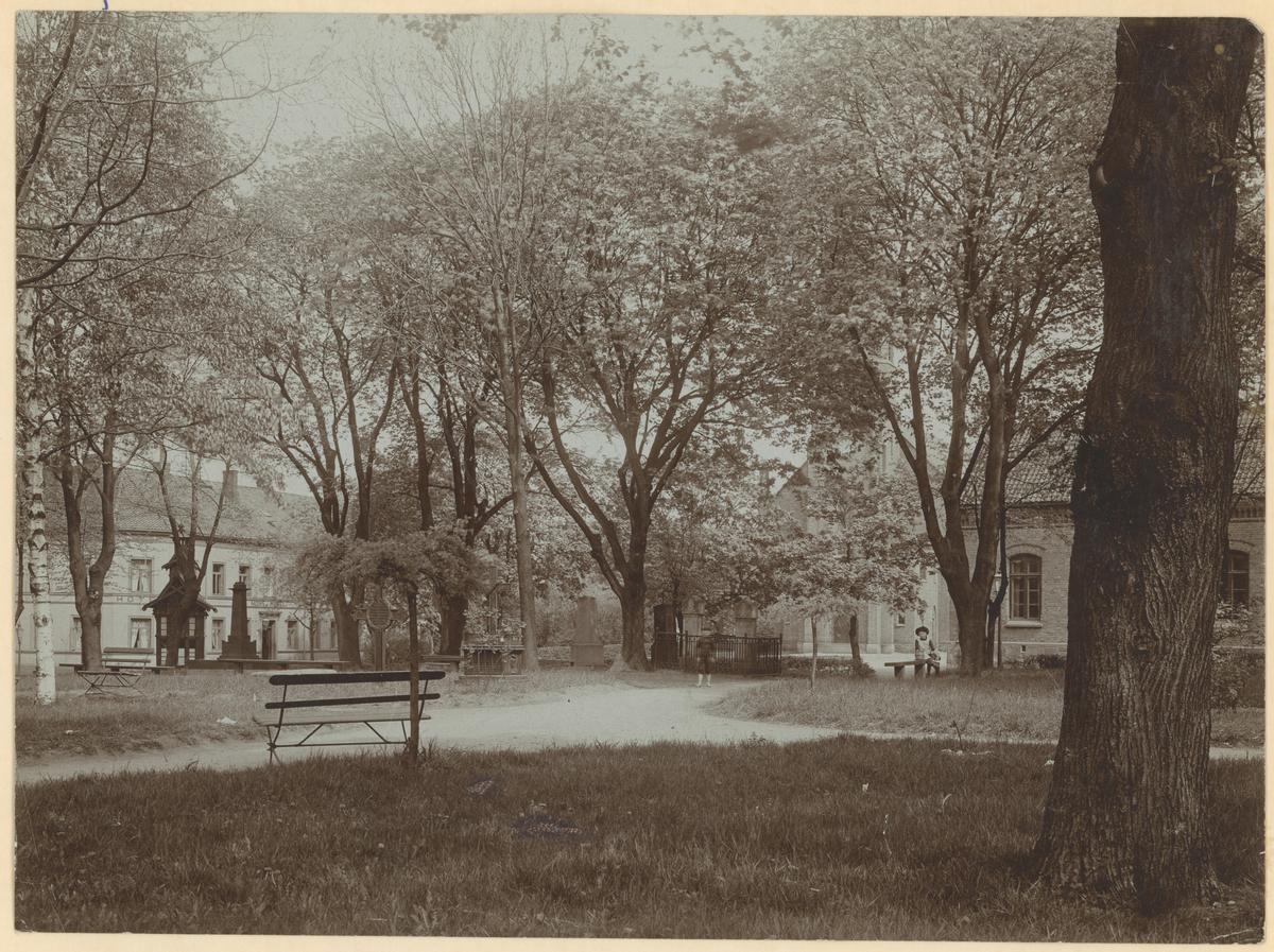 Fra Kirkeparken. Moss hotell til venstre, politikammeret til høyre.