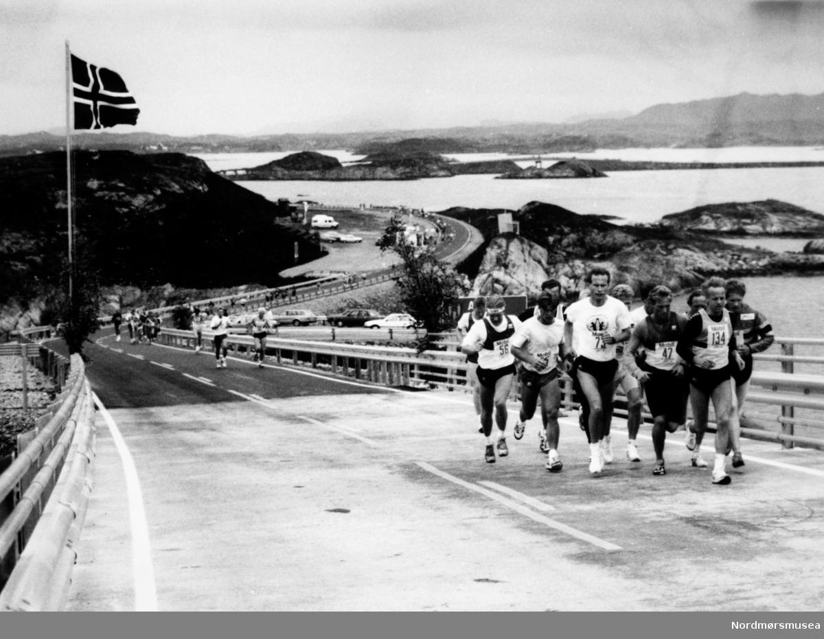 Atlanterhavsløpet på Atlanterhavsveien mellom Averøy og Eide. Bildet er fra avisa Tidens Krav sitt arkiv i tidsrommet 1970-1994. Nå i Nordmøre museums fotosamling.