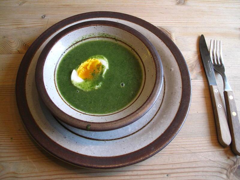 Neslesuppe med halvt egg servert i rustikk keramikkskål. (Foto/Photo)