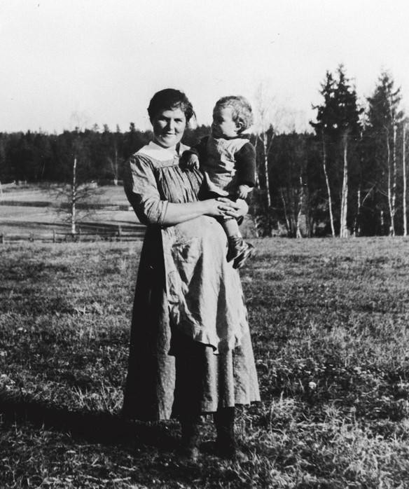 Det finnes ikke mange gamle bilder av gravide. Her ser vi en gravid mor i 1921. (Foto/Photo)