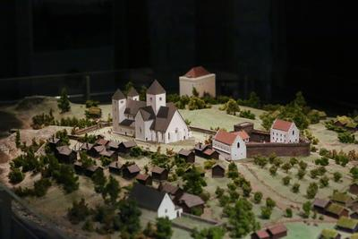 Hamarkaupangen med kloster, kirke, bispegård, kastell (vakttårn) og presteboliger finnes i modellform i museet på Domkirkeodden.. Foto/Photo