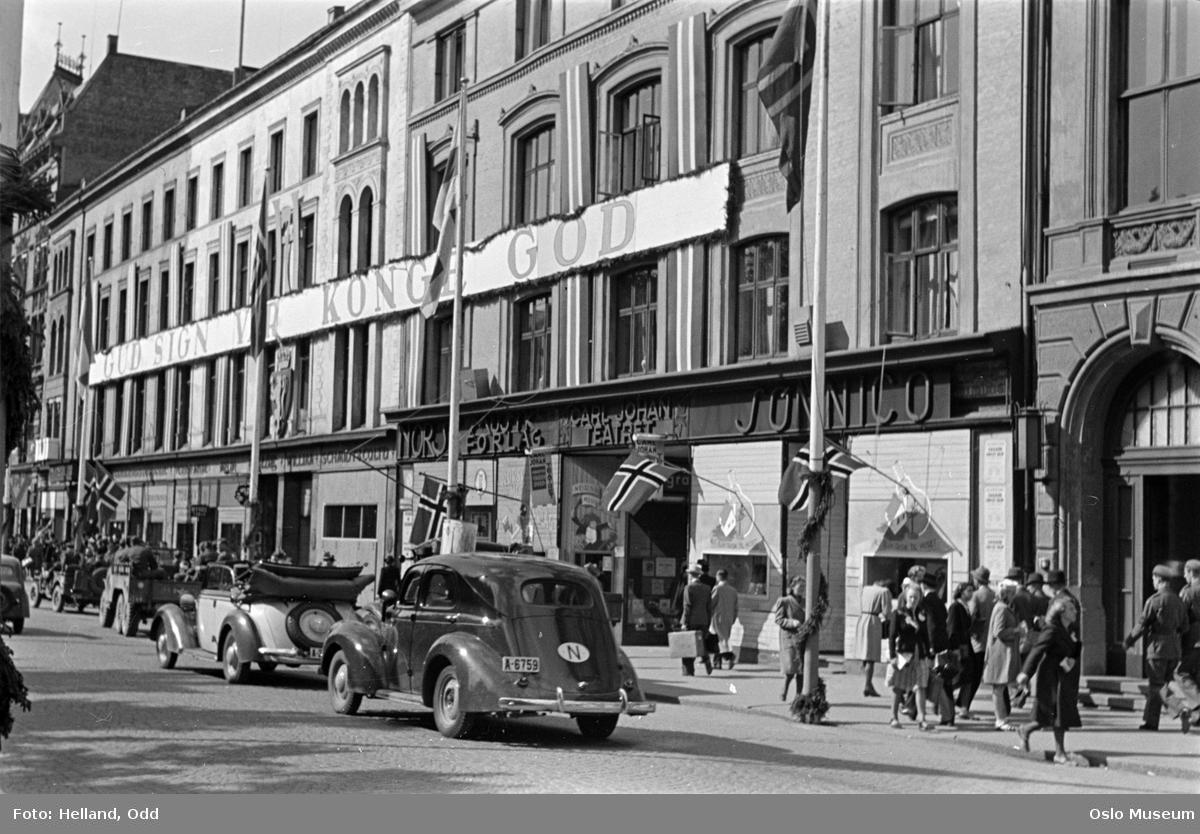 """gateløp, mennesker, biler, forretningsgårder, flagg, banner: """"Gud sign vår konge god"""", girlander"""