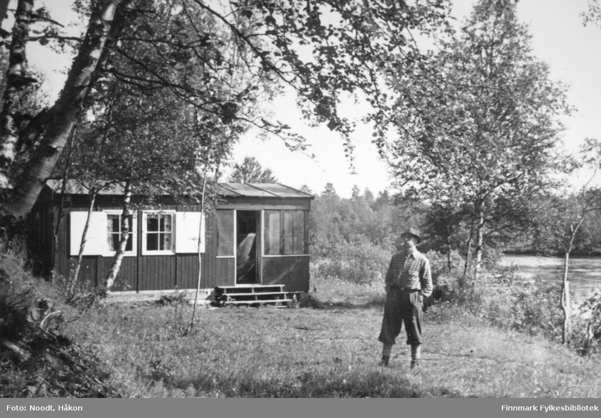 Leif Noodt utenfor hytta si i Stabbursdalen, 1954.