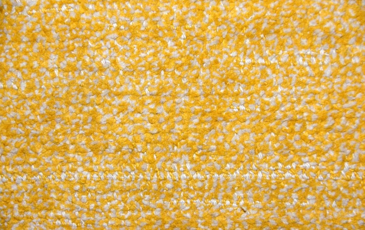 Gångmatta (a)-b.Bomullsvarp av 2 tr bomullsgarn med inslag av bomullssniljor i grå/gul nyans. Knuten frans av varpen. Vävd i tuskaft.  Tvättad på Kulturarvet i Falun, våren 2009. Mattan har troligen använts som inredning i Hedvi Ulfsparres hem.
