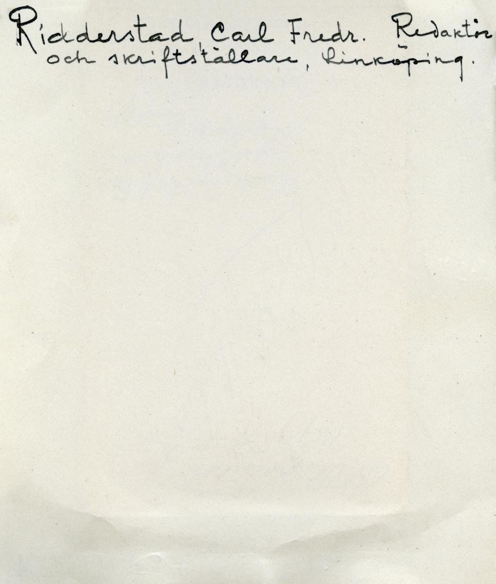 Porträtt av redaktören, författaren och riksdagspolitikern Carl Fredrik Ridderstad. Född 1807 vid Riddersholms herrgård på Rådsmansö i Norrtälje kommun och son till Carl Fredrik Ridderstad och Märta Charlotta Hedvig Wallenstråle. Främst ihågkommen som medutgivare av Östgöta Correspondenten i Linköping jämte tidningens grundare Henrik Bernhard Palmær. Han övertog positionen som ensam redaktör för tidningen 1842 och var fortsatt verksam till 1886. Ridderstad var även ledamot av riksdagens andra kammare under en tid. Som romanförfattare vann Ridderstad mycket popularitet med kända verk såsom Svarta handen (1847) med Axel von Fersen som hjälte och Drabanten (1850) samt Fursten (1852) som båda handlar om Gustav III:s död. Gift första gången med Sara Maria Hagtorn 1836. Efter hennes död 1844 gifte Ridderstad om sig med Emilia Amalia Widoff med vilken han fick sonen Anton Ridderstad (1848-1933), grundaren av Östergötlands museum. Carl Fredrik Ridderstad dog i augusti månad 1886.