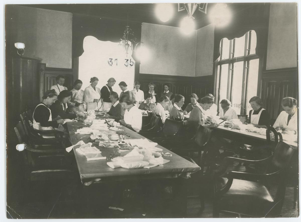 Fra arbeidsmøte i Moss Lotteforening i Moss Sparebanks lokaler, trolig i 1939 - 40.  Fire  av kvinnene er gjenkjent: Kari Fleming,  Liv Koren,  Bitten Stephansen -  Smith og Anna Berger.