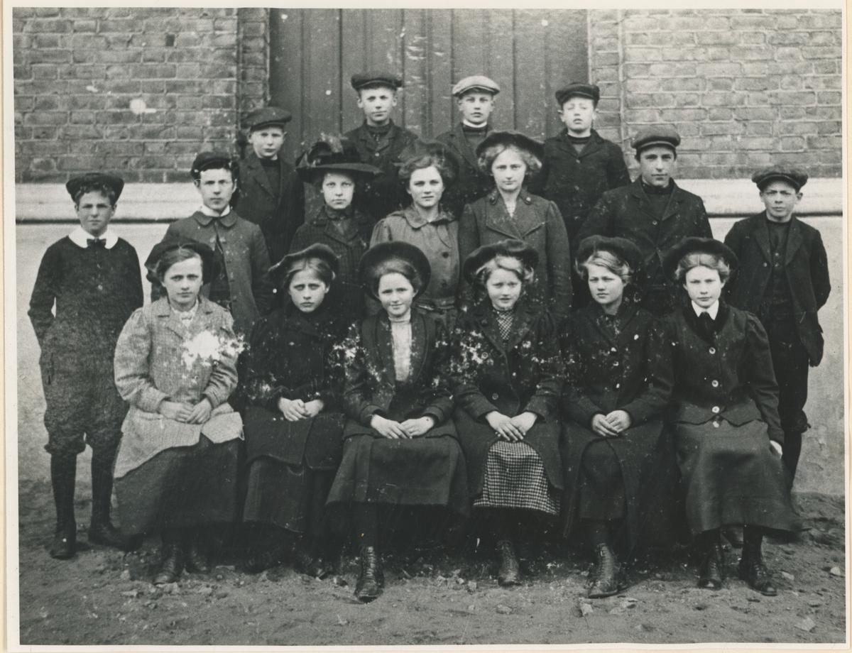 Trolig klassebilder fra Moss høyere skole etter århundreskiftet 18-/1900.