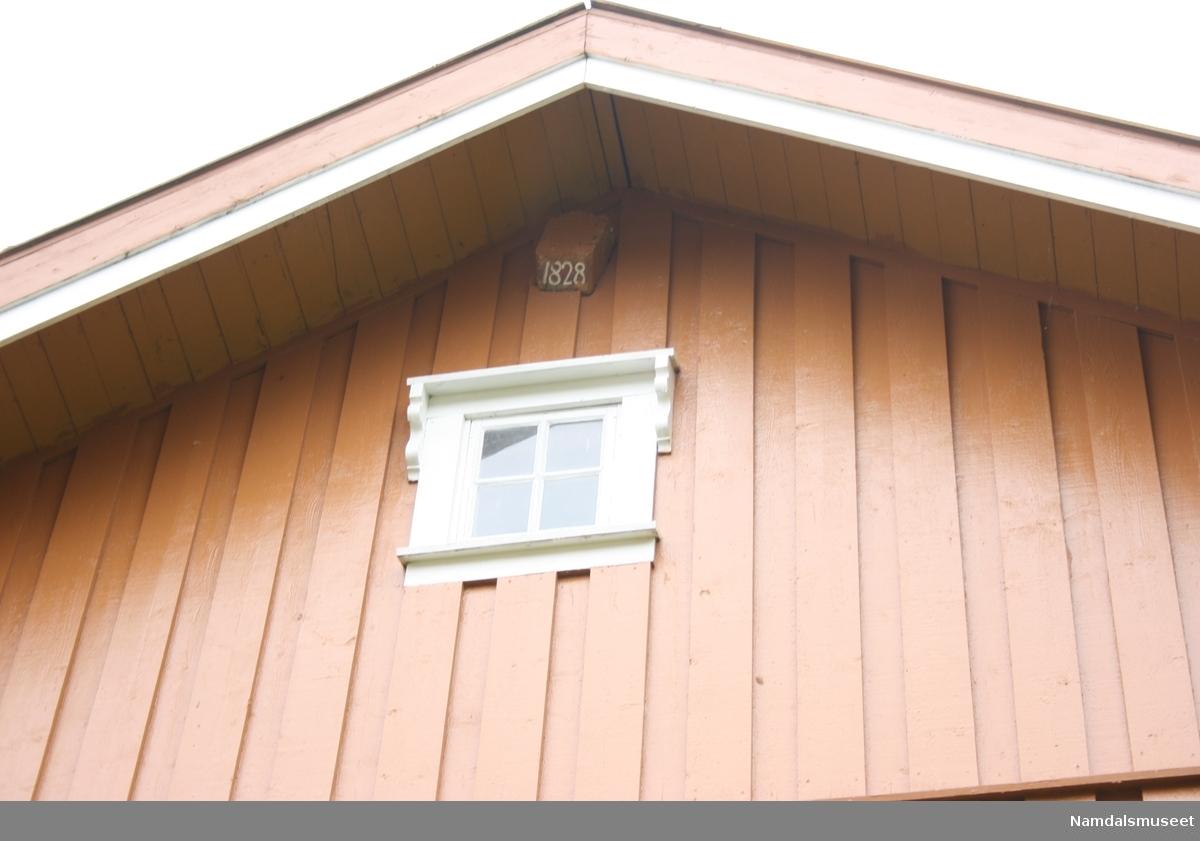 Laftet tømmer hus som står på en brannsikker kjeller i betong. Muren er forblendet over bakkenivå med skifer. Tømmermannskledning. Skifertak (Altaskifer)