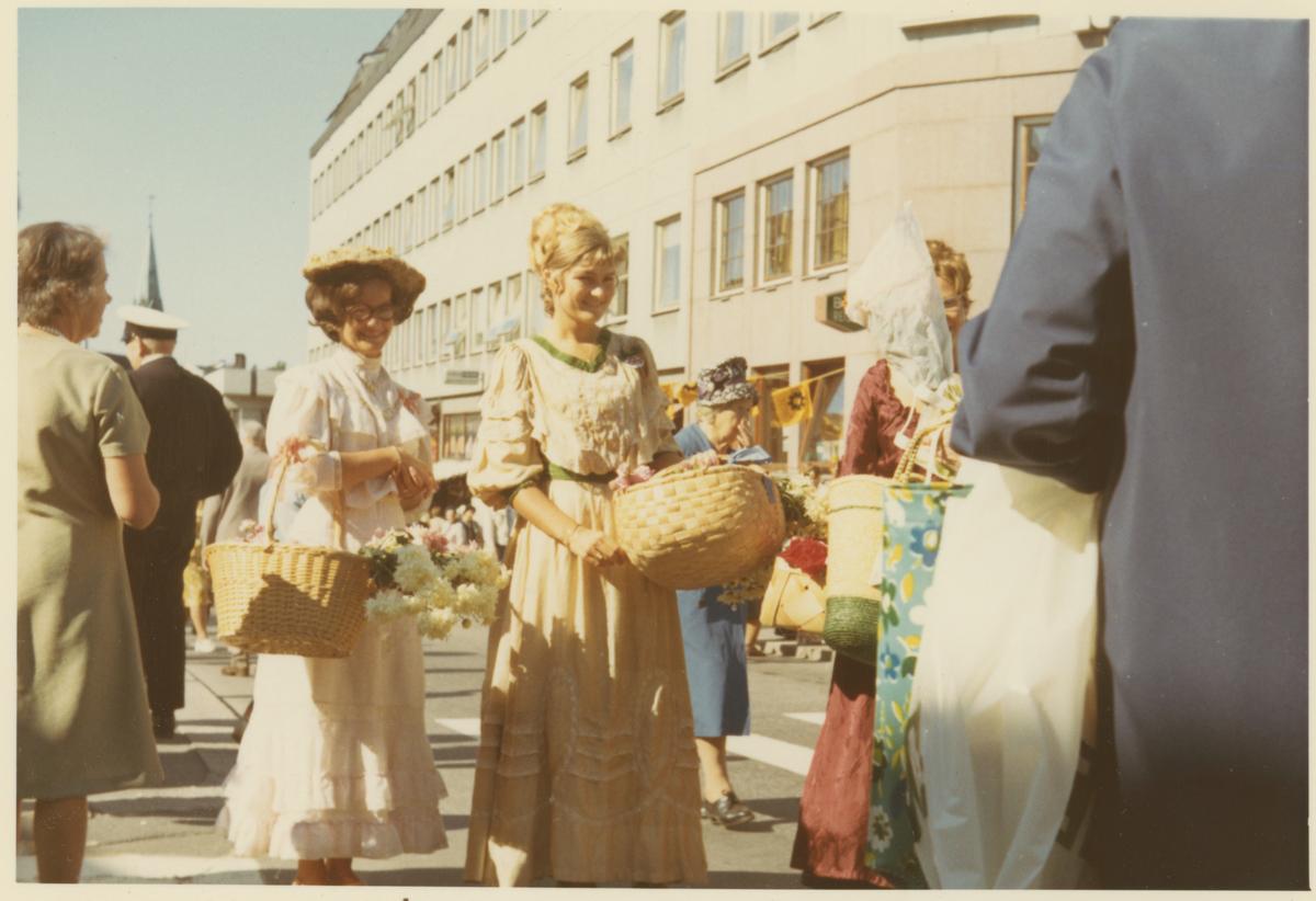 Fra byjubileet i 1970. Markedsboder med folk ikledd gamle drakter.