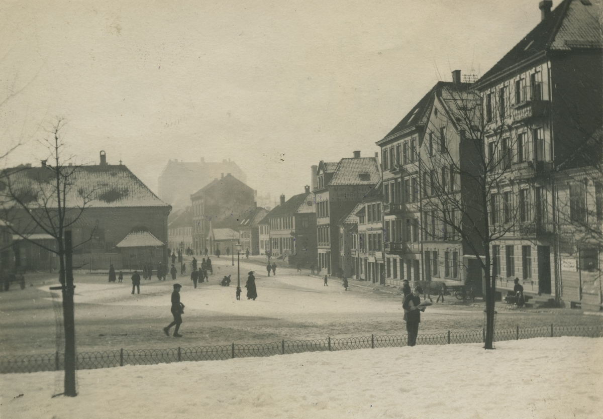 Bergen. Engen. Det gamle teater til venstre. Dragefjellet bakerst. Ca. 1916. Ukjent fotograf.