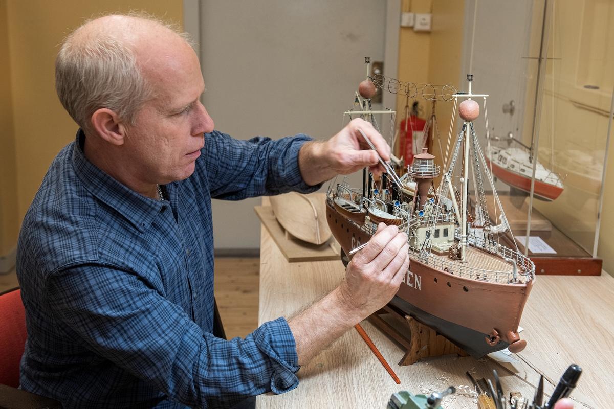 Modellbyggare Stefan Bruhn med en modell av fyrskeppet Grundkallen.