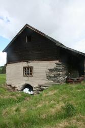 Steinfjøs med låve, Bakken Dalsbygda