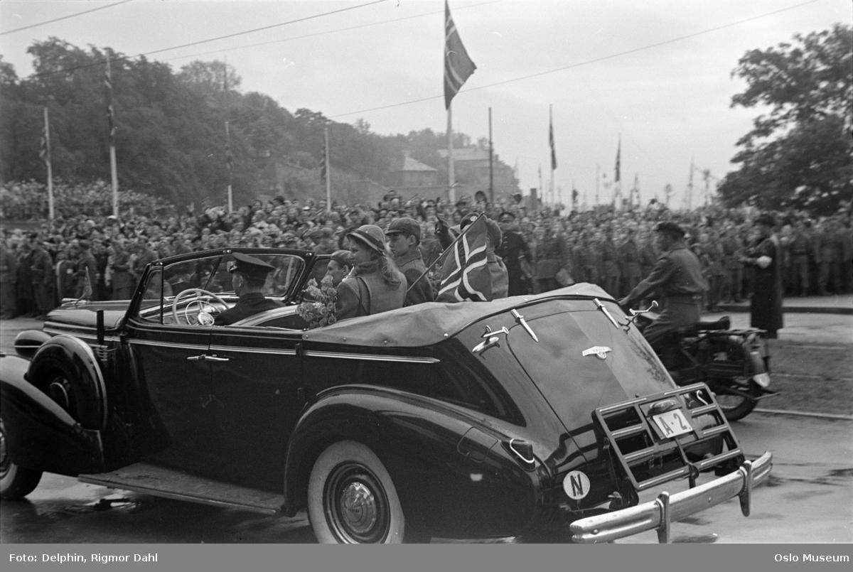 Rådhusplassen, åpen bil, prins, prinsesse, kongens hjemkomst etter krigen, tilskuere