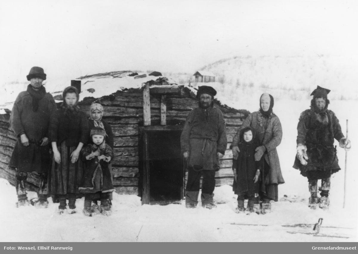 Skoltesamer fra Neiden ca 1904. Romanoff (1858-1926), Ondrevitsj (1839-1920) og Ivan Ondrevitsj.