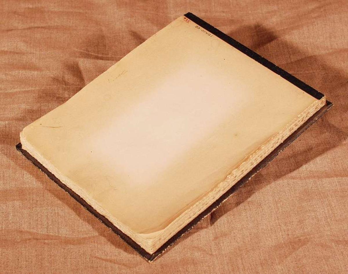 Skrivepapir innbundet med papp-plate og grønn shirting.