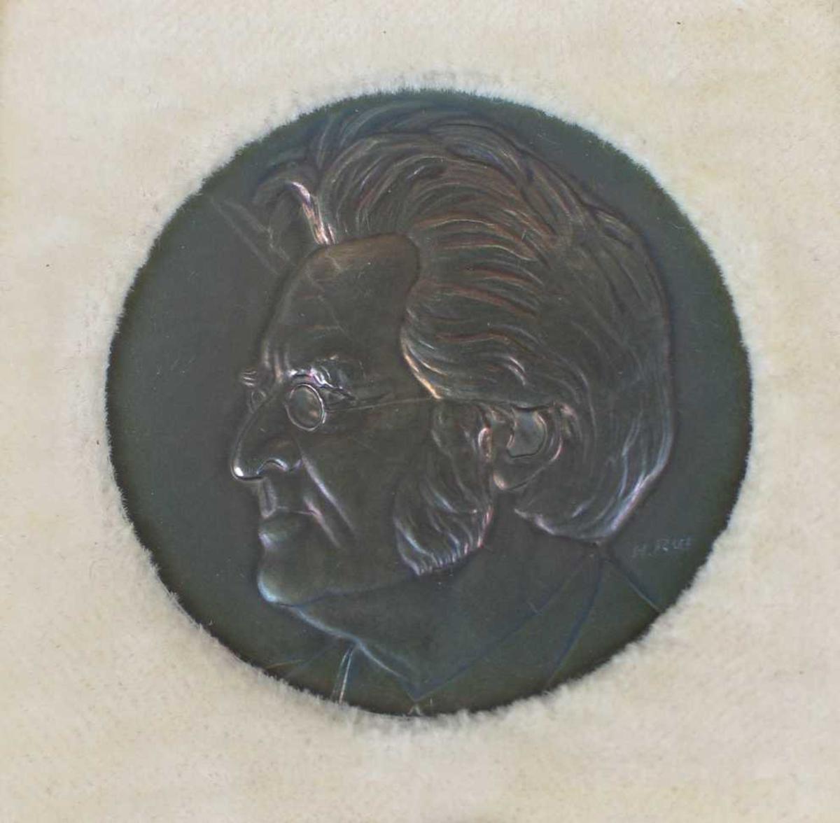 Minnemedalje i sølv med BB's portrett på forsiden og tekst på baksiden. Medaljen ligger i en burgunder eske som er fôret med hvit silke og fløyel.