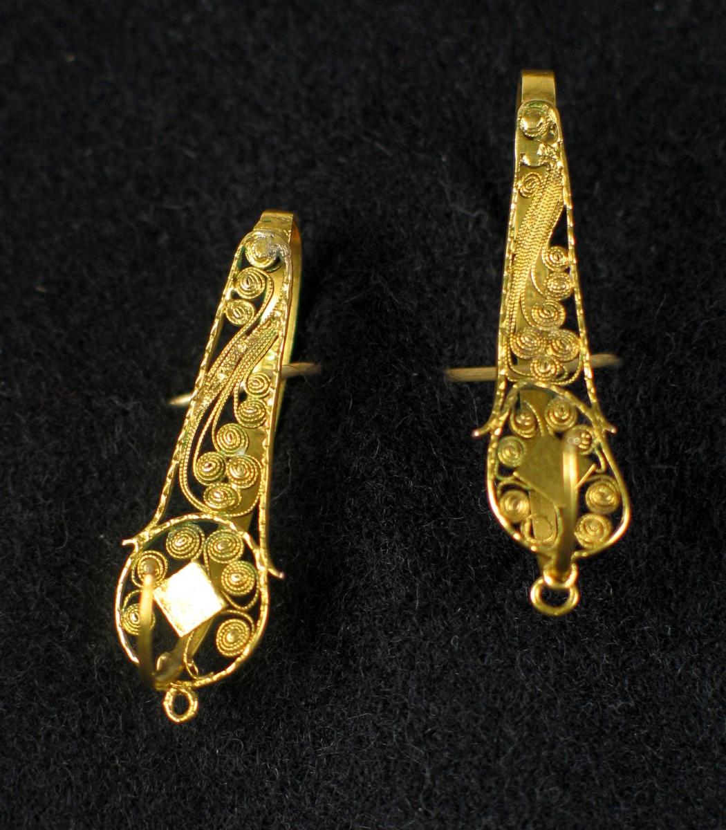 Ørepynt i gull med gjennombrutt filigransdekor.