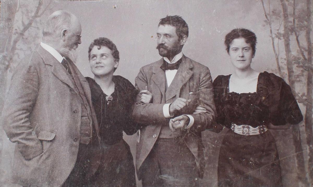 Fotografi med glass og svart shirting.