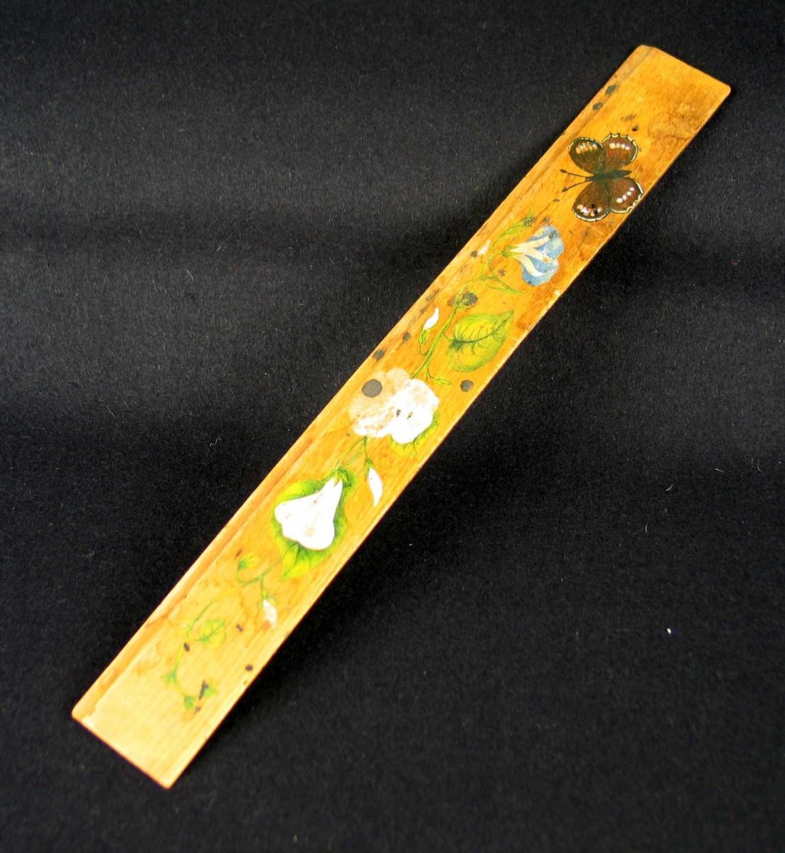 Trelinjal med tegnet blomstermotiv og sommerfugl.