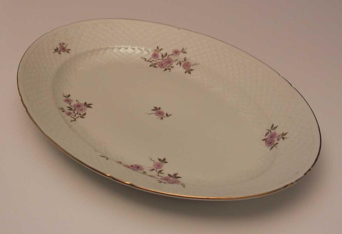 Ovalt fat med blomsterdekor, gullkant og skjellmønster i godset..
