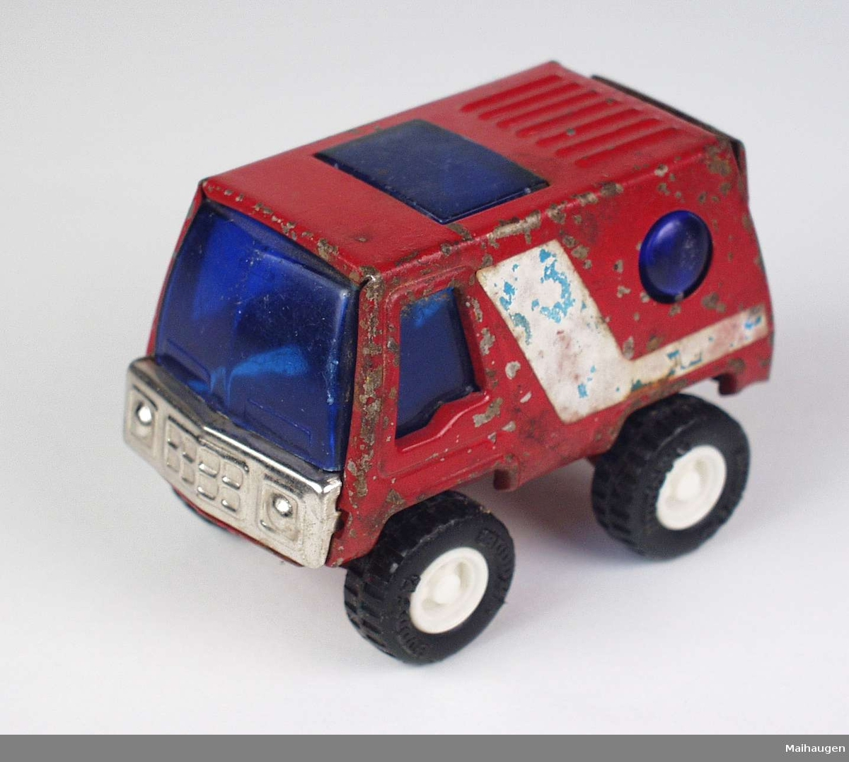 Rød lekebil i metall.
