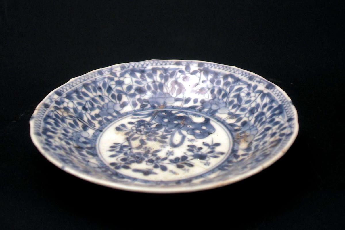 Skål, gråblå, med kinesisk dekor i blått.