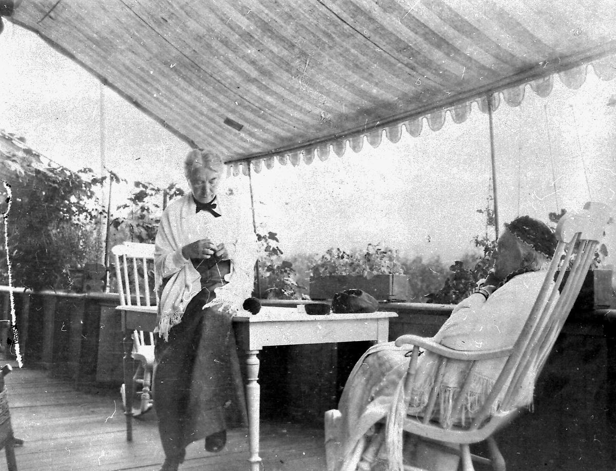 Aulestad, veranda, Karoline, kvinne, håndarbeid, stol, bord, blomster,