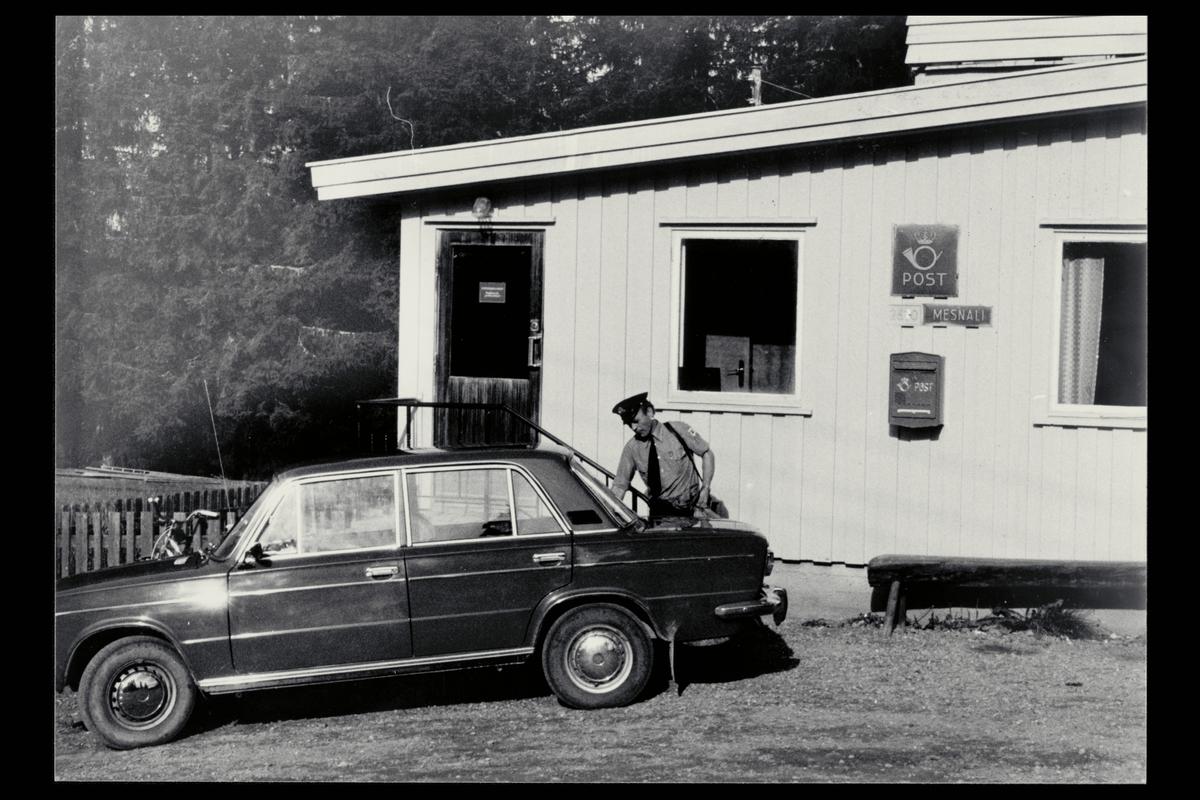 eksteriør, postkontor, 2610 Mesnali , postbud, bil, postskilt, postkasse