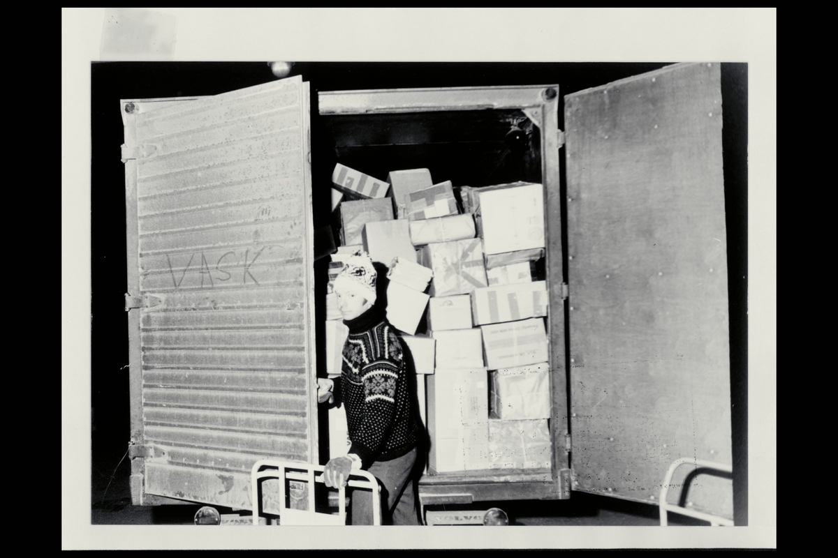 interiør, postterminal, 1 mann, lastebil med postpakker