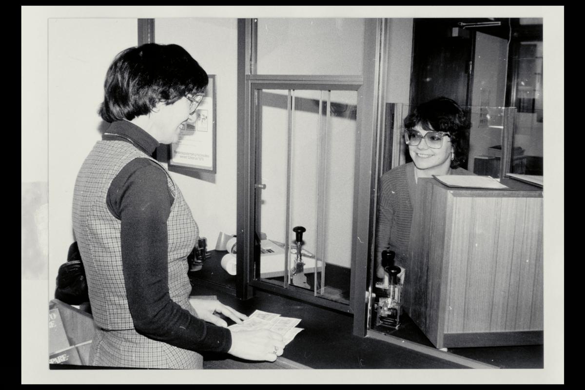 interiør, postkontor, 2 damer