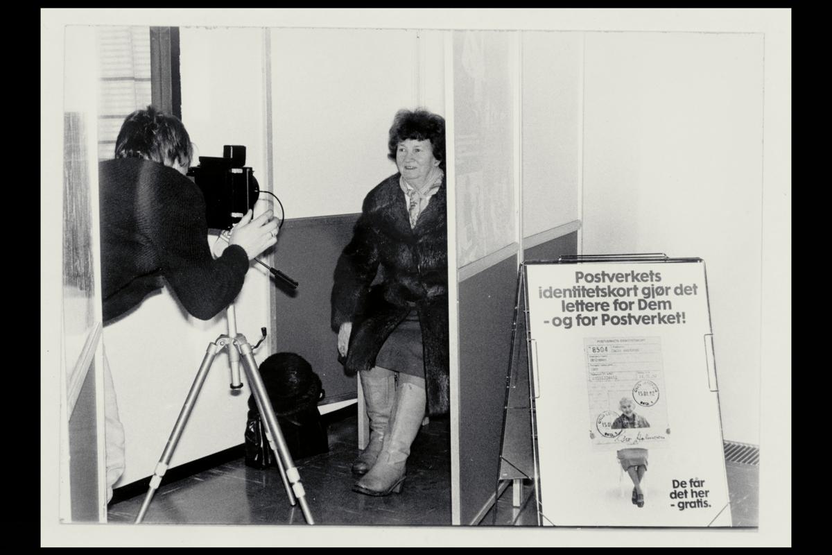 interiør, postkontontor, 0101 Oslo Sentrum, fotografering av dame, postverkets identitetskort
