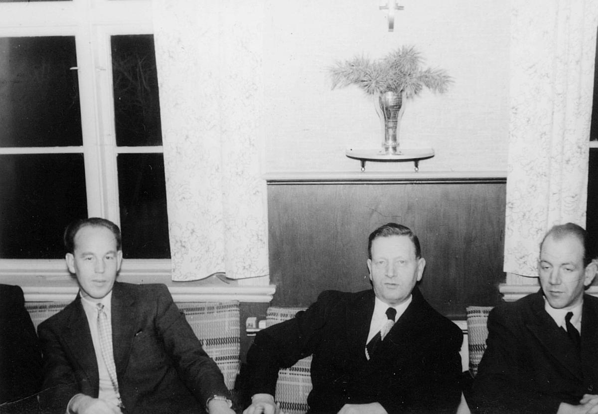 postskolen, postelever, 1953, avslutningsfest, 3 menn, interiør