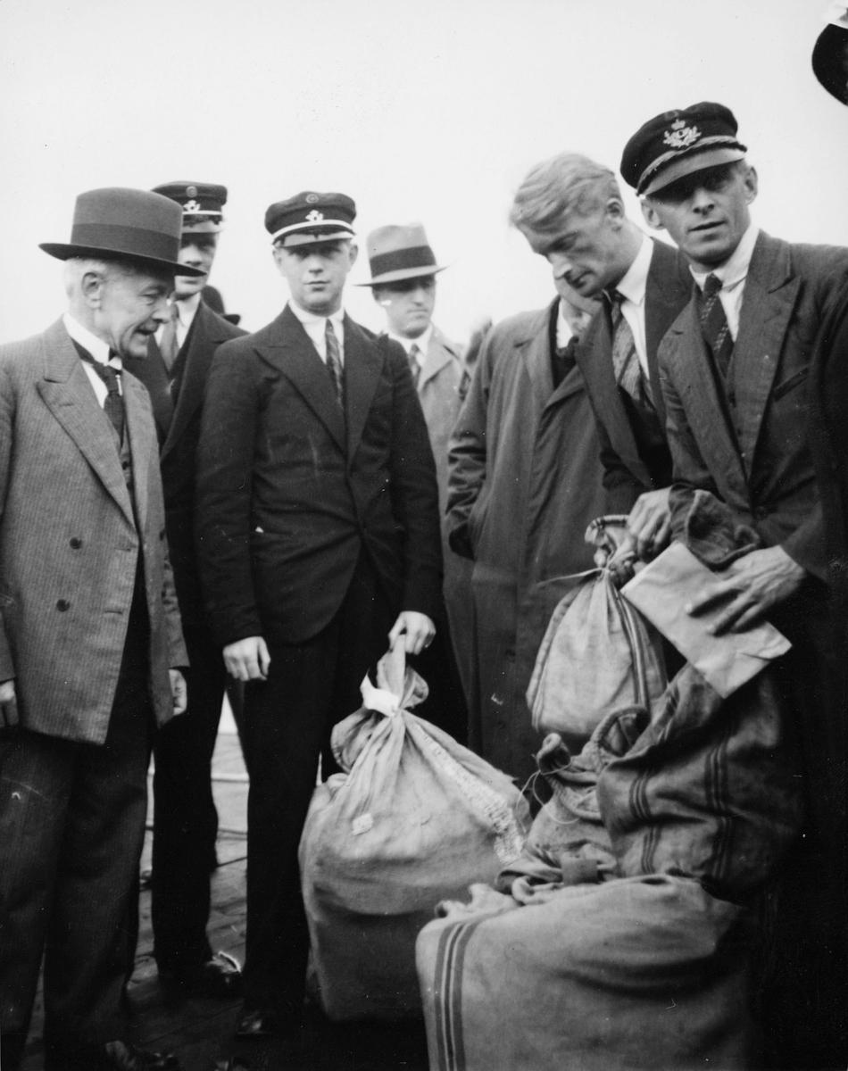 gruppebilde, Bergen flyhavn, menn, postsekker