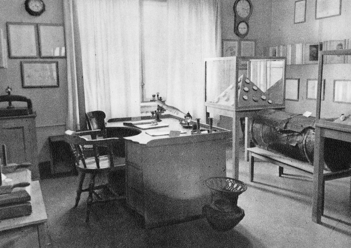 postmuseet, Dronningensgate 15, Oslo, 7. etasje, 1947-1957, interiør, gammelt skrivebord, kjøreveske med selskinnslokk
