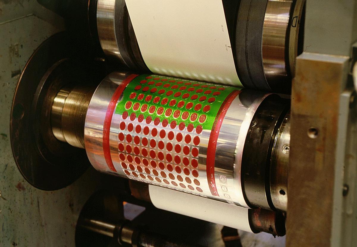 frimerketrykking, Norges bank Seddeltrykkeriet, rotasjonspresse, Goebel frimerkerotasjon, trykksylinder i nærbilde påført farge