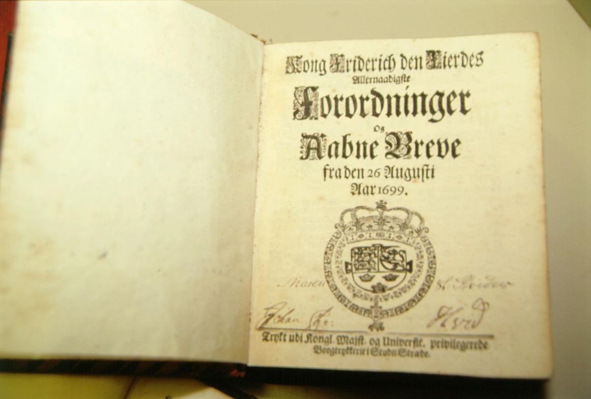 postmuseet, Kirkegata 20, biblioteket, samlinger, bøker, Kong Friderich den Fierdes allernaadigste Forordninger og Aabne Breve, forsiden