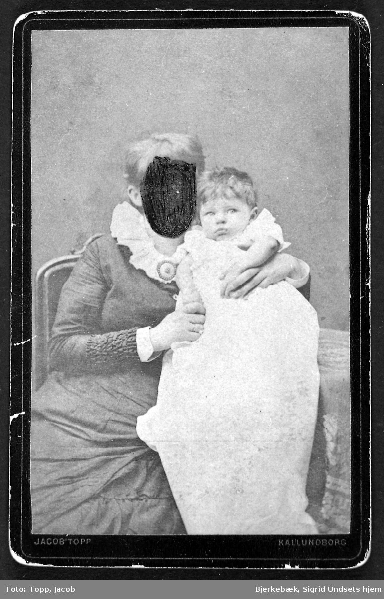 Kvinne, barn, overmalt ansikt,