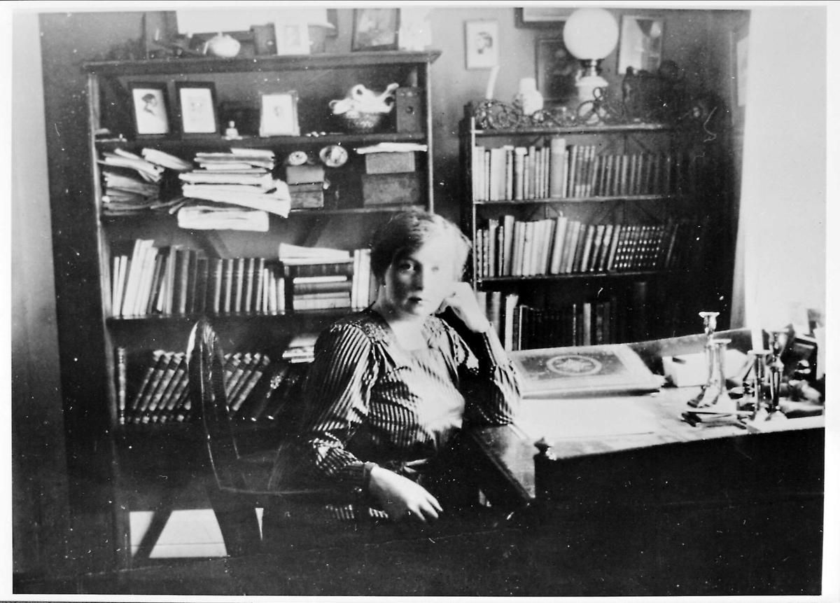 Interiør, skrivebord, Røssumstua, kvinne