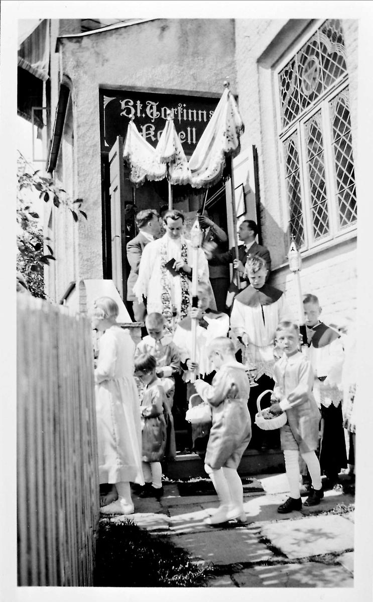 St. Thorfinns kapell, prest, ministrant, utendørsmesse,