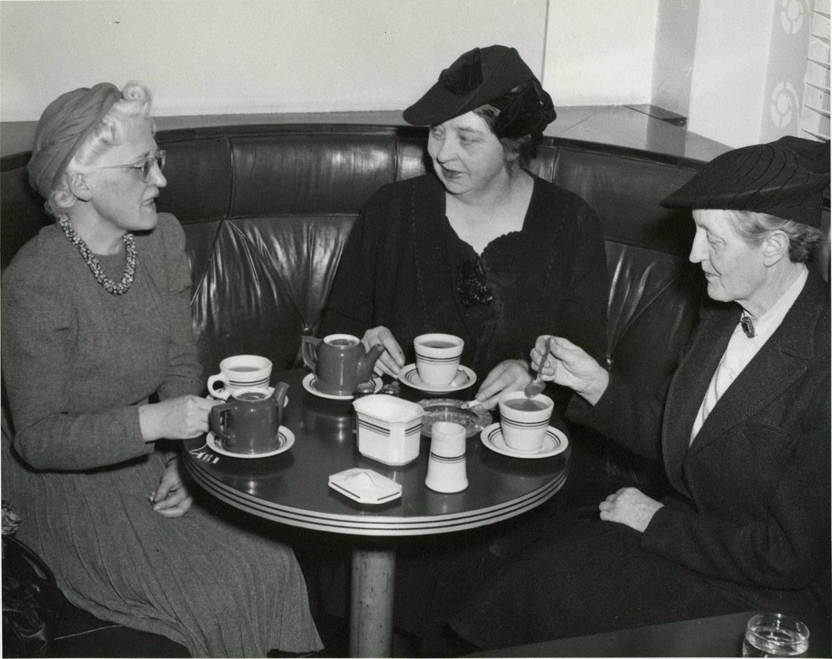 Tre kvinner, teselskap