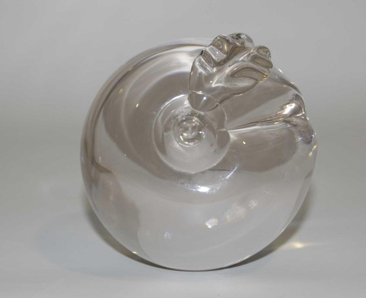 Pyntegjenstand av glass formet som et eple. På gjenstanden er det emblem for de olympiske sommerleker i Atlanta i 1996.