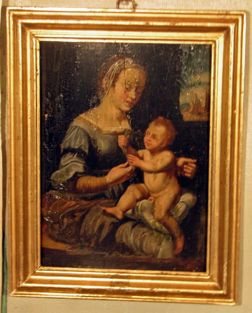 Madonna m. barnet: madonna sitter, halvfigur, høyrevendt, gråblå kjole, barnet på pute, venstrevendt, holder blomst; brun bakgrunn, gløtt av landskap med borg.