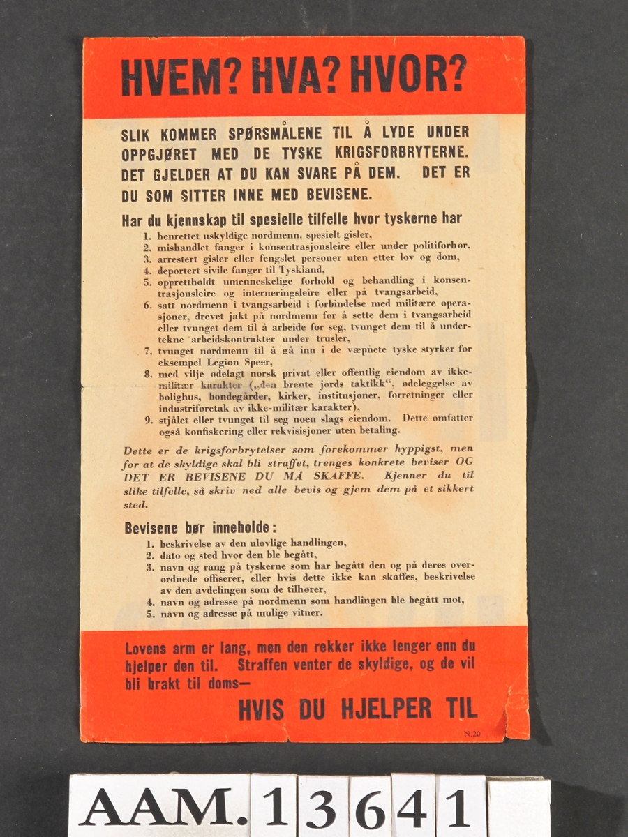 Lite papirark med rødt felt oppe og nede,  på den ene side med store sorte bokstaver:   Hvem? Hva? Hvor?  på den andre oppfordring til å melde krigsforbrytelser.